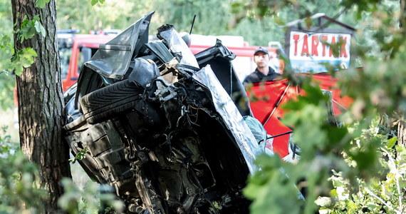 Cztery osoby zginęły w Miradzu koło Strzelna (Kujawsko-pomorskie), gdzie w niedzielę samochód osobowy uderzył w drzewo - poinformował dyżurny Komendy Powiatowej Straży Pożarnej w Mogilnie.