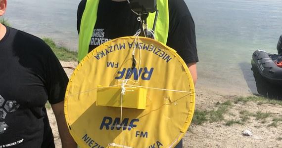 To był historyczny moment dla radia RMF FM! Razem z AGH Space Systems wystrzeliliśmy do stratosfery kapsułę, która wyemitowała na wysokości 30 kilometrów pozdrowienia od słuchaczy i piosenkę zespołu Perfect. Po jednym dniu poszukiwań udało nam się ją znaleźć. Kapsuła wylądowała w zalewie w podkrakowskim Kryspinowie.