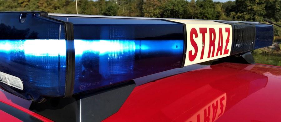 W Białymstoku doszło do rozszczelnienia cysterny z łatwopalną substancją. Strażacy zabezpieczyli miejsce zdarzenia. Trwa przepompowywanie substancji do sprawnej cysterny.