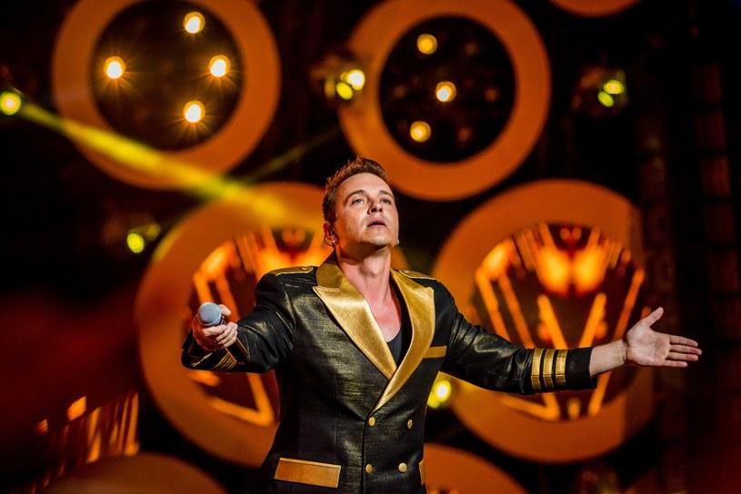 Lider zespołu Weekend, Radek Liszewski, został skrytykowany za swój występ na Festiwalu Muzyki Tanecznej w Kielcach. Wszystko przez to, jakie słowa piosenki zaadresował do jednej z będących na publiczności dziewczynek.