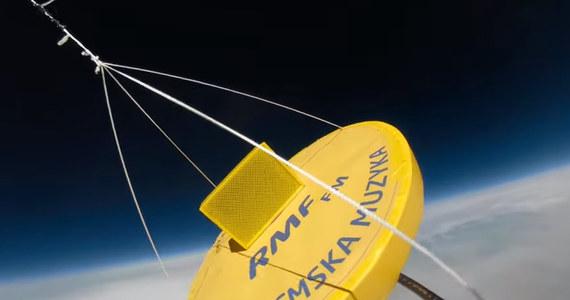 """To stało się Faktem - radio RMF FM podbiło stratosferę! Nasza kapsuła osiągnęła wysokość 22849 metrów i stamtąd wyemitowaliśmy fragment programu - pozdrowienia od słuchaczy i piosenkę zespołu Perfect """"Chcemy być sobą"""". Zobaczcie tę wyjątkową podróż na filmie nagranym specjalną kamerą 360 stopni!"""