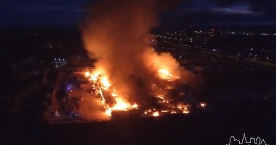 Prawie 250 osób straciło pracę w wyniku pożaru zakładu produkującego opakowania z tektury. Hala produkcyjna firmy Opak w Szczecinku w Zachodniopomorskiem spłonęła doszczętnie dziś rano.