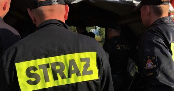 Ponad 200 razy od wczoraj interweniowali strażacy w związku z silnymi burzami i ulewami, które przechodzą nad centralną i południową Polską. To najnowsze dane Państwowej Straży Pożarnej. Strażacy podali też, że cztery stodoły zostały całkowicie zniszczone przez trąbę powietrzną, która przeszła przez miejscowość Lipno w powiecie jędrzejowskim w województwie świętokrzyskim.