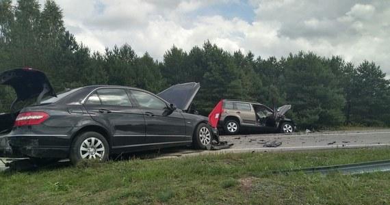 Dwie osoby zginęły i dwie zostały ranne w wypadku, do którego doszło przed południem na drodze krajowej nr 19 w Ploskach (Podlaskie) - poinformowała policja. Droga jest wciąż całkowicie zablokowana, obowiązują objazdy trasą przez Zabłudów, Hajnówkę i Bielsk Podlaski.