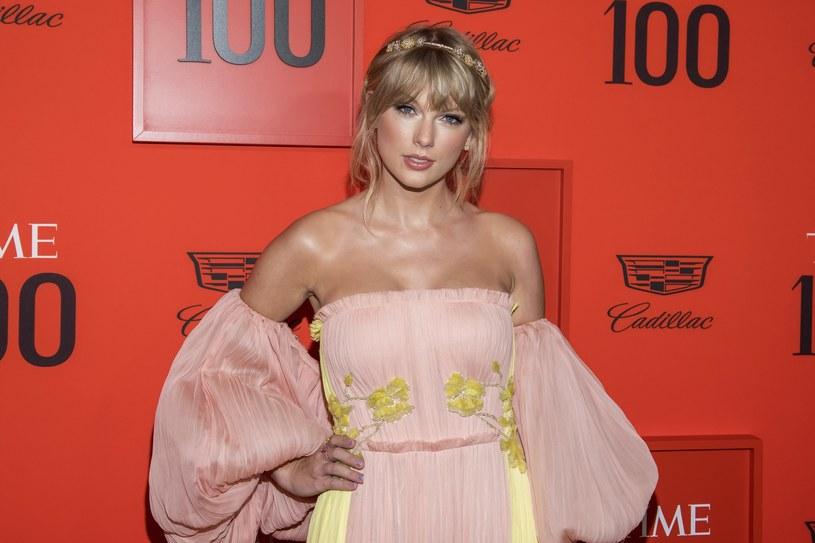 Nagranie, na którym widać tańczącą po kilku drinkach Taylor Swift podbija sieć. Wokalistka po raz kolejny stała się bohaterką memów.