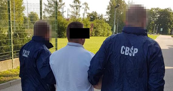 Ponad sześciuset cudzoziemców z Bliskiego Wschodu, środkowej Azji i północnej Afryki nielegalnie trafiło do Polski z pomocą grupy przestępczej, w którą kolejny raz uderzyło Centralne Buro Śledcze Policji. Zatrzymano i postawiono zarzuty czterem osobom uczestniczącym w tym procederze.