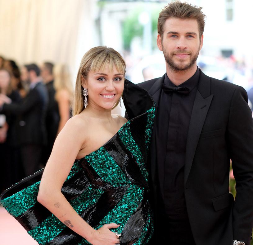Jakiś czas temu informowaliśmy, że Miley Cyrus i Liam Hemsworth zdecydowali się na separację. Małżeństwo kilka miesięcy po ślubie powiadomiło fanów o rozstaniu. Aktor postanowił skomentować te doniesienia na swoim profilu w mediach społecznościowych