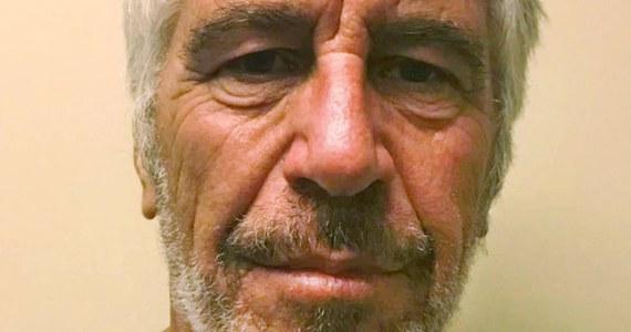 """Sekcja zwłok wykazała, że amerykański finansista i miliarder Jeffrey Epstein doznał wielu złamań kręgów szyjnych – podaje """"Washington Post"""" powołując się na źródła zbliżone do sprawy. Gazeta wskazuje, że pogłębia to tajemnicze okoliczności śmierci Epsteina."""