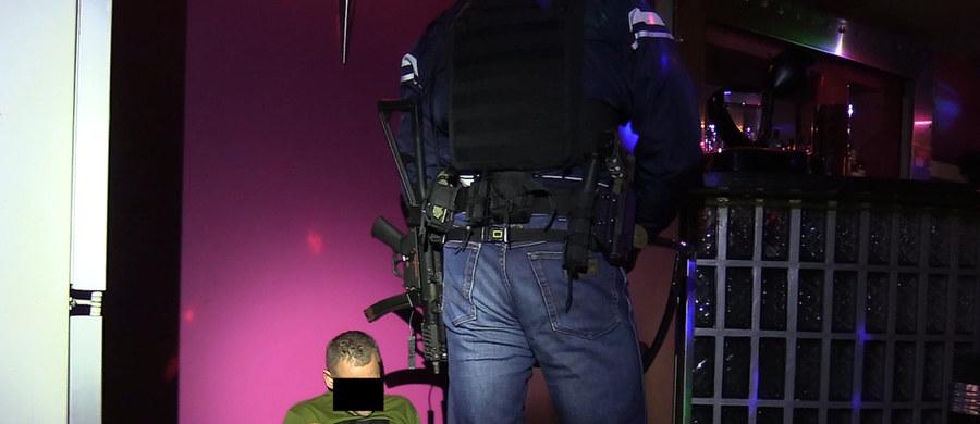 Centralne Biuro Śledcze Policji rozbiło zorganizowaną grupę przestępczą, której członkowie podejrzani są o czerpanie korzyści z nierządu. Zatrzymano sześć osób, a cztery z nich zostały już tymczasowo aresztowane. Zyski prowadzących agencję towarzyską sięgały setek tysięcy złotych miesięcznie.