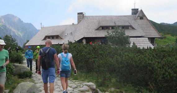 Schronisko w Dolinie Pięciu Stawów jest wyjątkowe i to z wielu względów. Jest najwyżej położonym schroniskiem w Tatrach Polskich i jednocześnie jedynym, do którego nie da się dojechać. Można tam tylko dojść, co nie jest wcale łatwym zadaniem. Wyjątkowa jest tu szarlotka, wiele razy uznawana za najlepszą w Tatrach. Wyjątkowe są też prowadzące schronisko - siostry Marta i Marychna Krzeptowskie.
