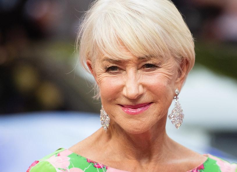 """Jesienią zobaczymy Helen Mirren w roli carycy w serialu """"Katarzyna Wielka"""". Aktorka śmieje się, że w CV jako swoją specjalizację mogłaby wpisać granie koronowanych głów. Z legendarną władczynią Rosji łączy ją pochodzenie - wszak urodziła się jako Helena Mironoff."""