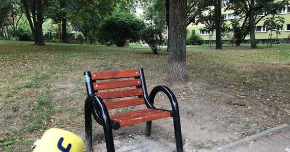 Jednoosobowe ławki stanęły w parku na osiedlu Rakowiec na warszawskiej Ochocie. Urzędnicy przekonują, że tradycyjne, wielosoobowe ławki sprzyjały głośnym imprezom pod oknami. Z jednoosobowych ławek mają korzystać przede wszystkim seniorzy.