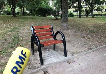 Jednoosobowe ławki na warszawskim osiedlu. Mają z nich korzystać seniorzy