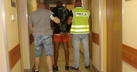 W środę w Pruszkowie para nastolatków napadła na taksówkarza. Chłopak zagroził kierowcy nożem, a dziewczyna ukradła pieniądze. Wszystko nagrała kamera umieszczona w samochodzie. Policji udało się zatrzymać napastników.