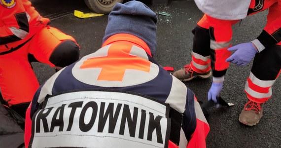 Jedna osoba nie żyje, a pięć kolejnych jest poszkodowanych po zderzeniu samochodu osobowego z busem w Siemczynie (zachodniopomorskie), do którego doszło w sobotę.