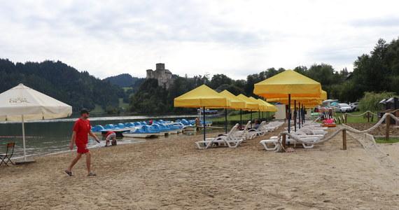 Okolice Jeziora Czorsztyńskiego to jedno z najbardziej urokliwych miejsc na południu Polski. Z brzegu zalewu można podziwiać górskie widoki, lub wybrać się na zamek w Niedzicy, który jest położony na prawym brzegu.