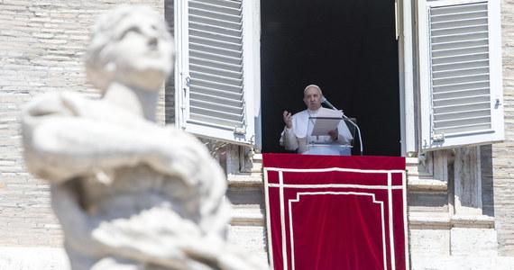 """Papież Franciszek przestrzegał w niedzielę przed życiem w obłudzie. Dobrze jest określać się jako chrześcijanin, ale """"trzeba przede wszystkim być chrześcijaninem w konkretnych sytuacjach, głosząc Ewangelię, która jest miłością do Boga i braci"""" - mówił."""