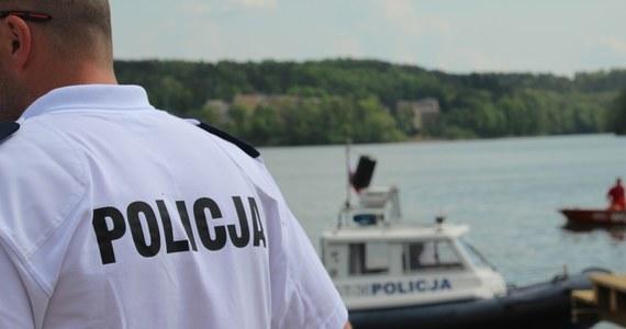 W poniedziałek rano wznowiono poszukiwania 39-letniego mieszkańca Warszawy, który w niedzielę nad ranem wypadł z motorówki na mazurskim jeziorze Kisajno.
