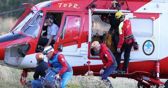 Drugą dobę trwa dramatyczna akcja ratunkowa w jaskini Wielkiej Śnieżnej w Tatrach, gdzie utknęło dwóch grotołazów. Woda zalała bardzo wąski i ciasny korytarz, którym przeszli i odcięła im drogę powrotu. Ratownicy za pomocą ładunków pirotechnicznych próbują dotrzeć do nich od drugiej strony.