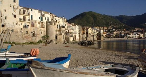 """28-letni Włoch, wypoczywający na wakacjach na wybrzeżu w Kalabrii, zasnął na materacu, którym wypłynął w morze. Znaleziono go po drugiej stronie Cieśniny Mesyńskiej, koło brzegów Sycylii. Mimowolnie stał się """"bohaterem"""" oryginalnej przeprawy w tym miejscu."""
