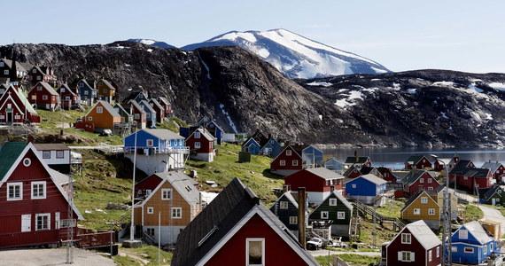 Donald Trump potwierdził, że w ostatnich dniach dyskutował ze swoimi doradcami o możliwości zakupu Grenlandii przez USA. Amerykański prezydent podkreślił jednocześnie, że sprawa ta nie jest dla niego priorytetowa. Premier Danii Mette Frederiksen uznała ten pomysł za absurdalny.