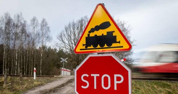 Tragedia w Walentowie w województwie kujawsko-pomorskim. Na niestrzeżonym przejeździe kolejowym pociąg śmiertelnie potrącił kobietę i dwójkę jej dzieci. Później uderzył w nich jeszcze drugi skład.