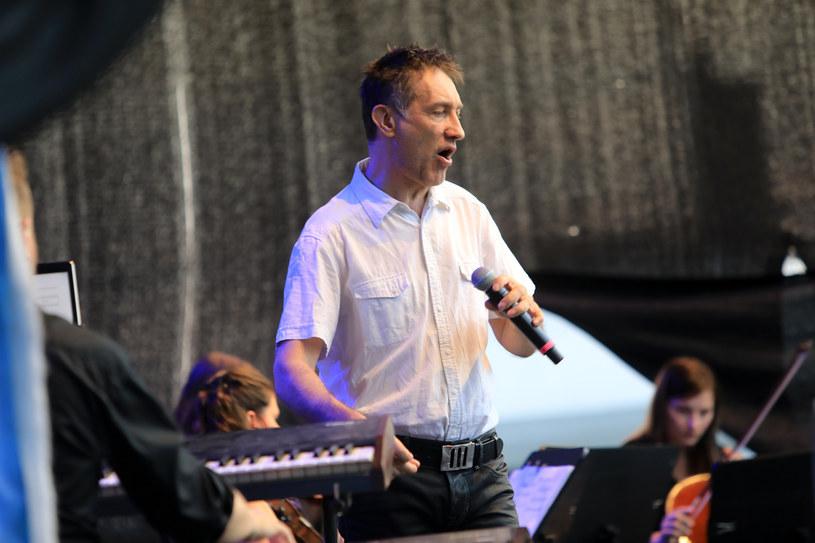 W niedzielę (18 sierpnia) w amfiteatrze Opery Nova w Bydgoszczy wystąpi wokalista jazzowy Janusz Szrom.