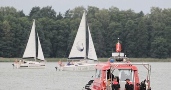 Do jutrzejszego poranka służby zwiesiły poszukiwania na jeziorze Kisajno producenta filmowego Piotra Woźniaka-Staraka. Milioner w niedzielę w nocy wypadł z motorówki. Służby próbują ustalić okoliczności w jakich doszło do zdarzenia.