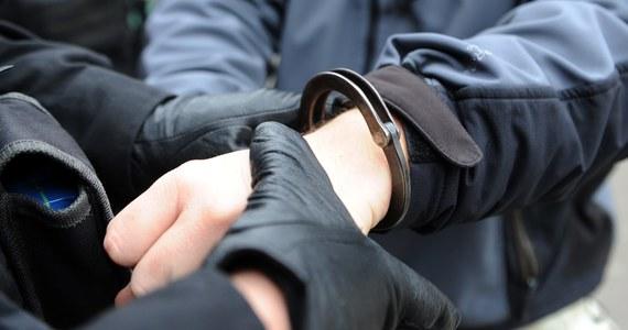 Policjanci z Białegostoku zatrzymali 20-latka, który wczoraj na osiedlu Wygoda zajechał drogę innemu kierowcy i oddał w jego kierunku strzał z wiatrówki. Życie rannego mężczyzny na szczęście nie jest zagrożone.
