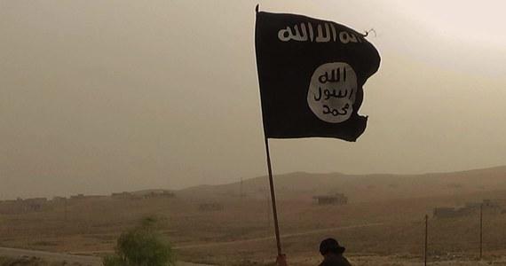 """Wbrew deklaracjom prezydenta USA Donalda Trumpa o ostatecznym zwycięstwie nad Państwem Islamskim (IS) ta dżihadystyczna organizacja znów rośnie w siłę i nic nie wskazuje na to, by miała przestać stanowić zagrożenie - informuje """"New York Times""""."""