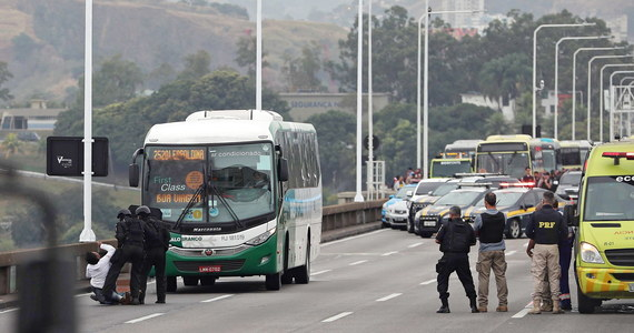 Uzbrojony mężczyzna przetrzymywał 37 zakładników w autobusie w Rio de Janeiro i groził podpaleniem pojazdu. Napastnika zastrzelili policjanci.