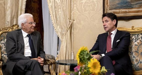 Premier Włoch Giuseppe Conte złożył dymisję na ręce prezydenta Sergio Mattarelli - ogłosił Pałac Prezydencki po spotkaniu polityków, które trwało około 10 minut. Dymisja jest efektem rozpadu koalicji Ligi i Ruchu Pięciu Gwiazd.