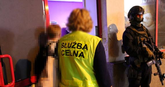 Sześciu Wietnamczyków, którzy organizowali na Mazowszu nielegalny hazard, zatrzymali stołeczni policjanci z funkcjonariuszami administracji skarbowej z Olsztyna. Grupa ma też na koncie handel narkotykami.