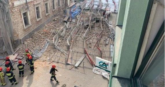Po raz drugi w tym tygodniu oberwał się gzyms remontowanego budynku w Wodzisławiu Śląskim. Tym razem nikomu nic się nie stało. W poniedziałek z tego samego powodu runęło tam kilkudziesięciometrowe rusztowanie.