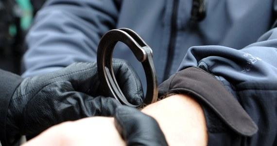 Zarzuty usłyszał 20-latek podejrzany o to, że w trakcie awantury na drodze, strzelił do innego kierowcy z broni w wiatrówki. Życiu 59-latka na szczęście nic nie zagraża.