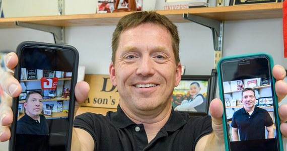 """Jeśli lubisz publikować swoje zdjęcia na portalach społecznościowych i zależy ci na dobrych opiniach dwa razy się zastanów, zanim wrzucisz kolejne selfie - radzą na łamach czasopisma """"Journal of Research in Personality"""" psychologowie z Washington State University. Wyniki ich badań wskazują, że odbiorcy lepiej oceniają pozowane zdjęcia, które zrobił ci ktoś inny. Osoby publikujące liczne selfie są często postrzegane przez innych negatywnie."""