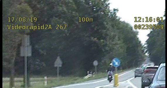 30 punktów karnych uzbieranych zaledwie w kilka minut. To skutki szaleńczej jazdy motocyklisty na trasie z Nakła do Izbicka na Opolszczyźnie. Mężczyzna jechał na stojąco, bez trzymania kierownicy i na jednym kole. Do tego w terenie zabudowanym gnał z prędkością ponad 100 km na godzinę. Nie wiedział tylko, że za nim jedzie nieoznakowany radiowóz i wszystko to rejestruje.