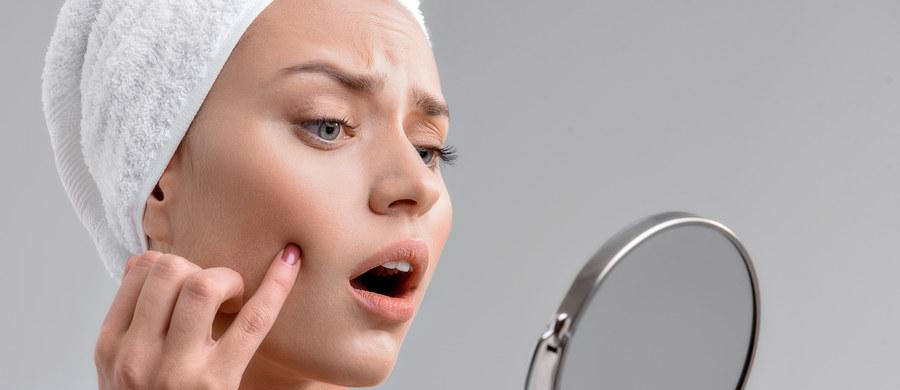 Skóra trądzikowa wymaga specjalnej pielęgnacji. Niedoskonałości, które chcesz zakryć, nadmiar sebum, który powoduje zapychanie się porów i świecenie się cery – to powody, dla których zapewne szukasz kosmetyków do makijażu, które pozwolą Ci zniwelować nieestetyczne zmiany. Kluczowym jest podkład. Matujący czy kryjący – który wybrać, aby pomóc swojej skórze? Podpowiadamy.