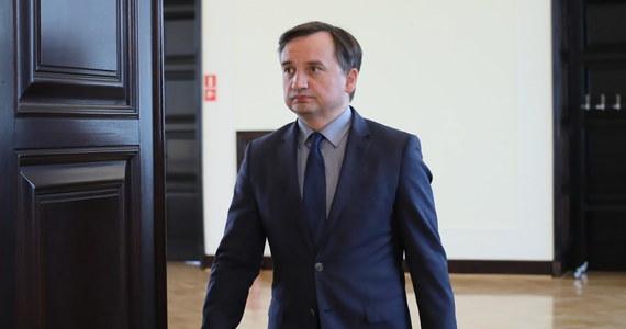 Jak tylko dowiedziałem się o możliwym naruszeniu standardów przez sędziów zatrudnionych w Ministerstwie Sprawiedliwości, natychmiast podjąłem decyzję o ich zwolnieniu. Nie będę tolerował tego rodzaju zachowań - powiedział minister sprawiedliwości Zbigniew Ziobro, komentując sprawę byłego wiceministra Łukasza Piebiaka.