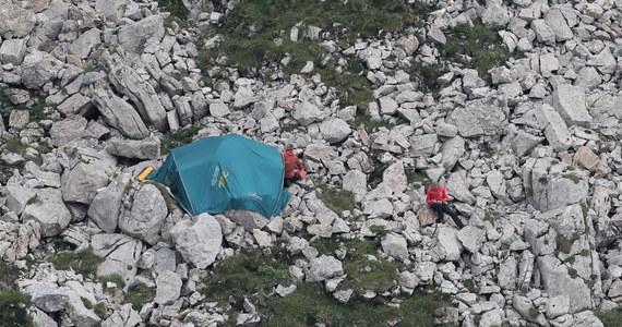 Nie ma nowych informacji o grotołazach. Akcja poszukiwawcza jest kontynuowana, całą noc ratownicy i pirotechnicy będą pracowali w jaskini, a o 6 godz. zastąpi ich kolejna zmiana - poinformował naczelnik TOPR Jan Krzysztof.