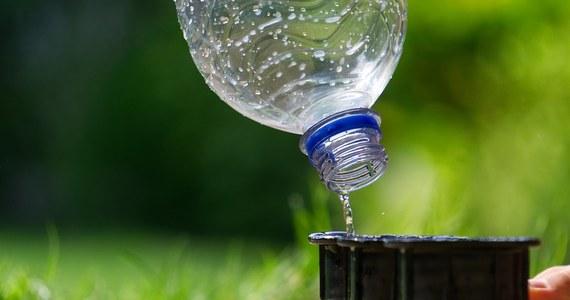 Znajdujący się w wodzie pitnej mikroplastik nie stwarza zagrożenia dla zdrowia, ale niezbędne są dalsze badania – oświadczyła Światowa Organizacja Zdrowia (WHO) w pierwszym raporcie na ten temat. Zdaniem WHO konieczne jest jednak zmniejszenie zanieczyszczenia środowiska wyrobami z plastiku.
