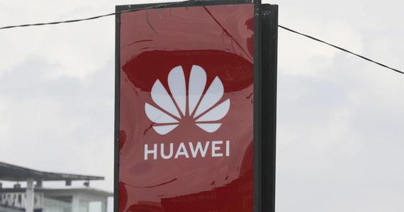 Amerykańskie władze oskarżają chiński koncern Huawei Technologies o prowadzenie potajemnej działalności w Syrii i Sudanie. Firma miała w tym celu korzystać z sekretnych oddziałów i nazw kodowych dla krajów objętych sankcjami - podała agencja Bloomberga.