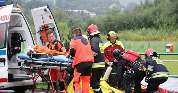 Nad Tatrami przeszła gwałtowna burza. Piorun uderzył w grupę turystów, którzy przebywali w okolicy Giewontu. Intensywne wyładowania miały miejsce także w innych rejonach Tatr. Wiadomo, że po polskiej stronie zginęły cztery osoby, w tym dwoje dzieci. Jest wielu rannych. W akcji uczestniczyły cztery śmigłowce LPR. Jak podało słowackie pogotowie górskie Horska Zachranna Slużba (HZS), po tej stronie gór zginęła jedna osoba.