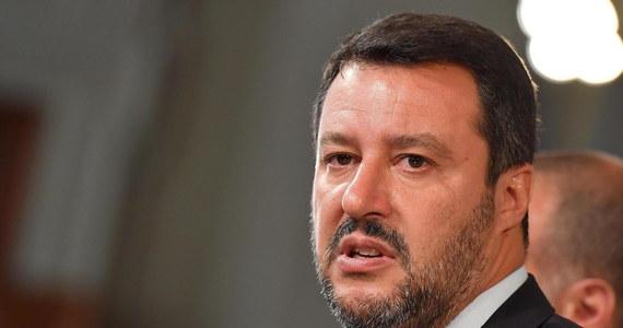 """Lider włoskiej Ligi, dotychczasowy wicepremier i szef resortu spraw wewnętrznych Matteo Salvini oświadczył po rozmowie z prezydentem Sergiem Mattarellą, że najlepszym rozwiązaniem obecnego kryzysu rządowego po rozpadzie koalicji jego partii z Ruchem 5 Gwiazd są wybory. """"Włochy nie mogą sobie pozwolić na to, by tracić czas, nie mogą mieć rządu, który się kłóci"""" – oświadczył."""