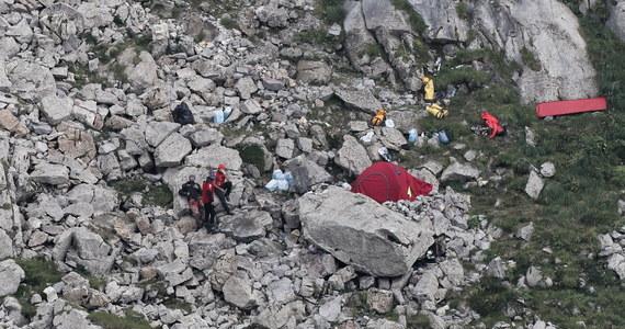 Z Jaskini Wielkiej Śnieżnej w Tatrach wyszła jedna grupa ratowników, która poszukiwała grotołazów. Kolejna zmiana nie weszła na dół z uwagi na zaangażowanie w akcji ratowniczej po burzy w okolicach Giewontu - poinformował naczelnik TOPR Jan Krzysztof.
