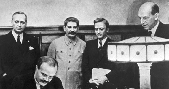 80 lat temu, 23 sierpnia 1939 r., przedstawiciele dwóch totalitarnych mocarstw: minister spraw zagranicznych III Rzeszy Joachim von Ribbentrop oraz ludowy komisarz spraw zagranicznych ZSRR, pełniący jednocześnie funkcję przewodniczącego Rady Komisarzy Ludowych Wiaczesław Mołotow, podpisali w Moskwie w obecności Stalina sowiecko-niemiecki pakt o nieagresji wraz z tajnym protokołem dodatkowym. Jego konsekwencją był IV rozbiór Polski.