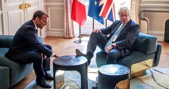Po rozmowach w Berlinie i Paryżu brytyjski premier Boris Johnson ma powód do ostrożnego optymizmu – jego wizja brexitu nie została kategorycznie odrzucona. Nie została też entuzjastycznie przyjęta. Media na Wyspach Brytyjskich skupiają się także na drobnym incydencie, do którego doszło w Pałacu Elizejskim podczas wizyty u prezydenta Francji, Emmanuela Macrona. Rozmowy z kanclerz Niemiec, Angelą Merkel też nie obeszły się bez nieporozumień. Brexit nie zawodzi obserwatorów - jest straszny i śmieszny.