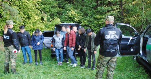 Funkcjonariusze Podlaskiego Oddziału SG zatrzymali ośmioro obywateli Wietnamu, których w osobowym samochodzie przewiózł na teren Polski Litwin. Wietnamczyków przekazano stronie litewskiej w ramach przepisów o readmisji.