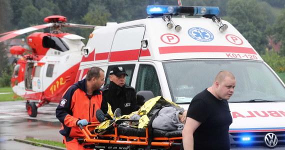 Troje dzieci, które zostały poparzone w wyniku czwartkowej burzy w Tatrach, leży na oddziale intensywnej terapii (OIT) w szpitalu w Krakowie Prokocimiu. Ich stan jest ciężki. Stan dorosłych hospitalizowanych w krakowskich placówkach jest stabilny, niezagrażający życiu – ustaliła w piątek PAP.