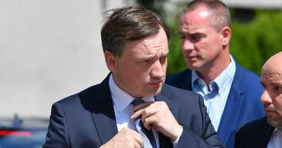 Minister sprawiedliwości Zbigniew Ziobro zwrócił się do Krajowej Rady Sądownictwa o przygotowanie kodeksu etyki regulującego zachowanie sędziów w mediach społecznościowych - poinformował PAP resort sprawiedliwości.